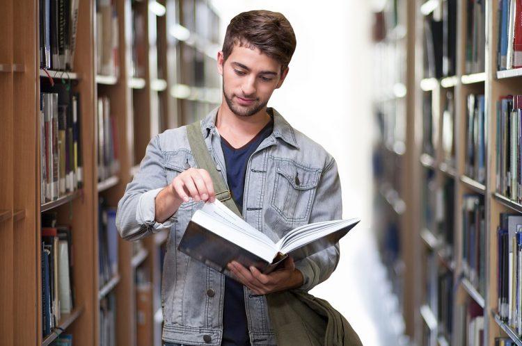 Un étudiant en bachelor